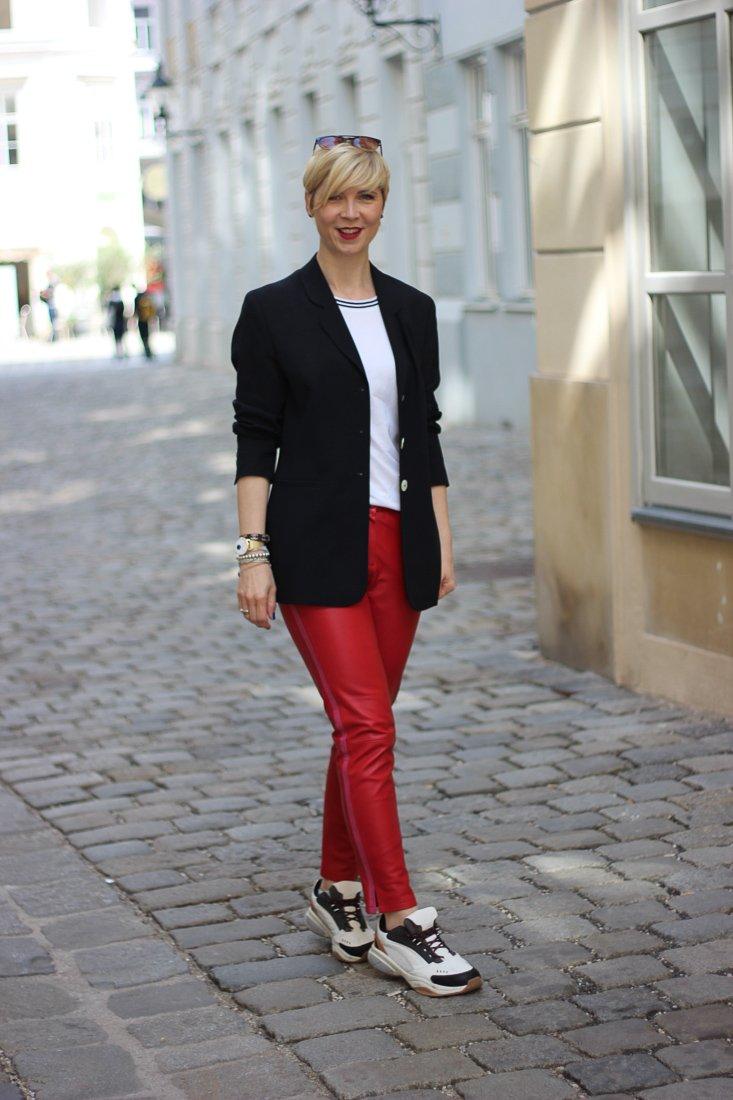 conny doll lifestyle: Stylingideen für eine rote Lederhose - sportlich, casual, T-Shirt, Blazer, Sneaker