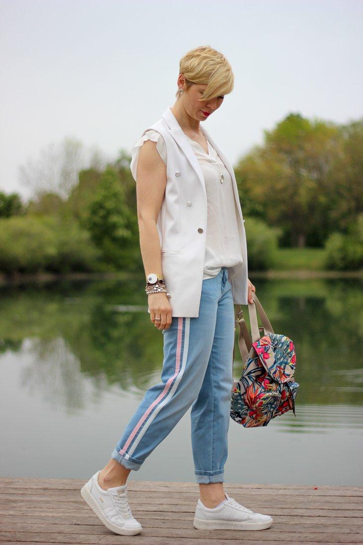 conny doll lifestyle: zwei Übergangslooks, Weste, Denim, Seitenstreifen, Jeans, casual, weiße Weste,
