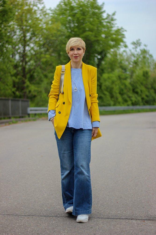 conny doll lifestyle: Ich mach den grauen Frühling bunt - gelber Zweireiher casual gestylt, flared leg denim, rucksack