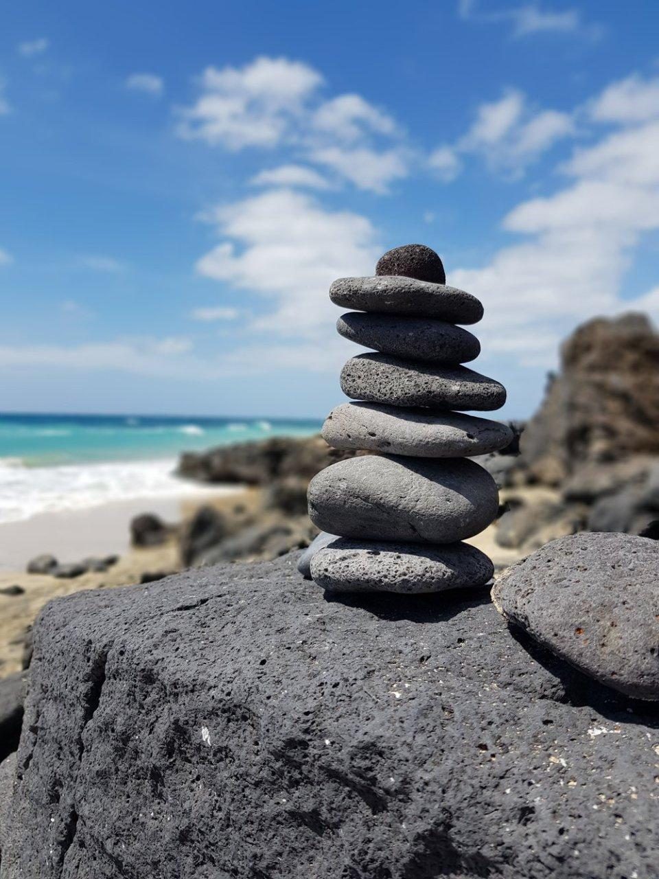 conny doll lifestyle: Gruß aus Fuerteventura - Habt Ihr vielleicht noch Tipps?, Steinhaufen, Strand