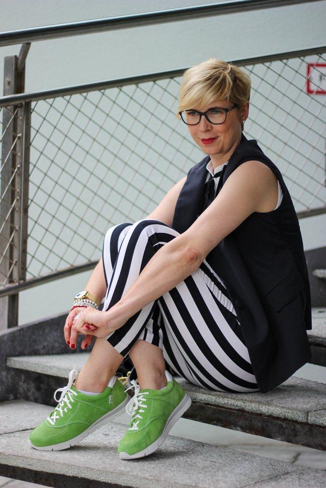 conny doll lifestyle mit UXGO, Ladyblogger, Schuh Sophia zum Businesslook, schwarz-weiß, grün, Fußgesundheit