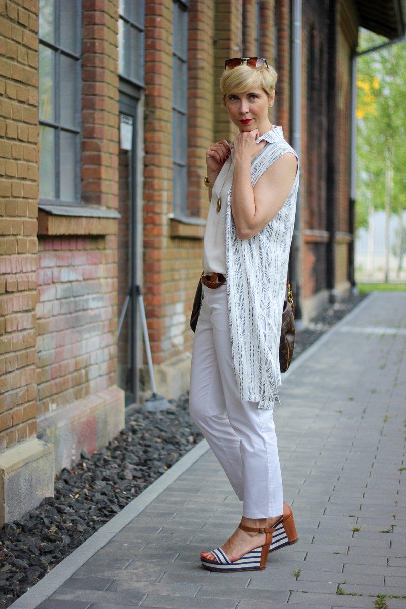 conny doll lifestyle: Officelook, Sommer, helle Farben, weiße Hose, Seidentop und lange Bluse als Weste kombiniert.