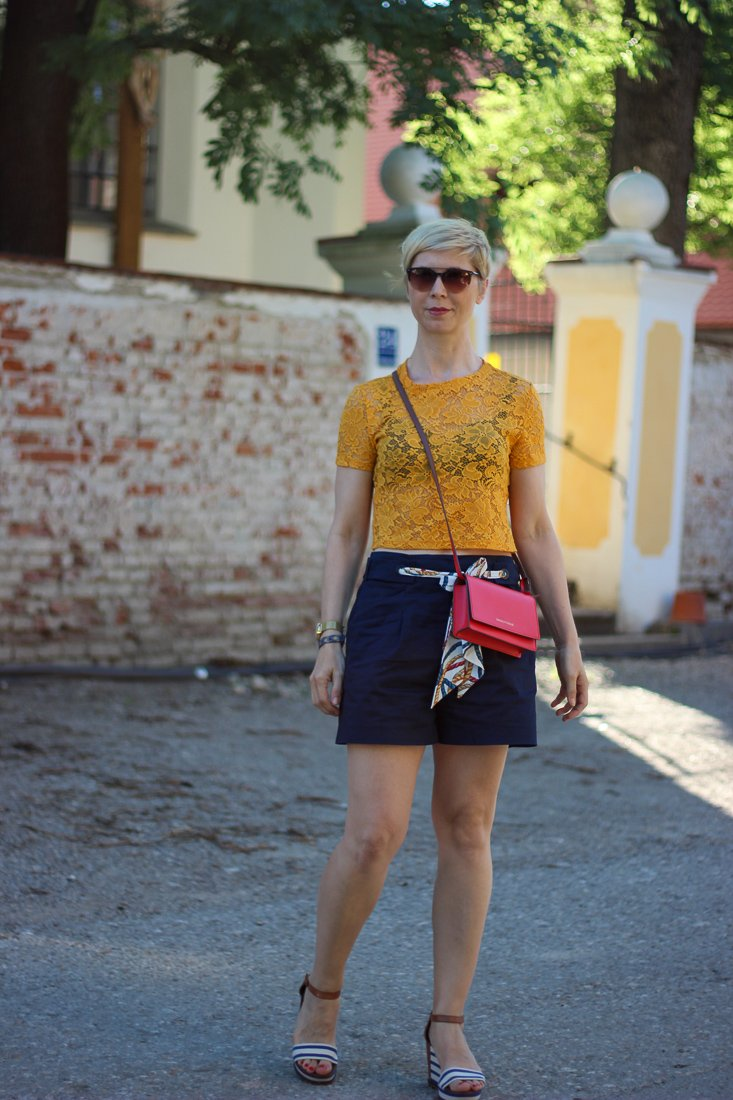 conny doll lifestyle: Outfitidee mit Shorts und Croptop, Sommerlook, Wedges