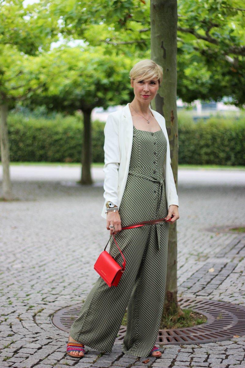 conny doll lifestyle: Businessoutfit mit Jumpsuit, Blazer, grün, weiß