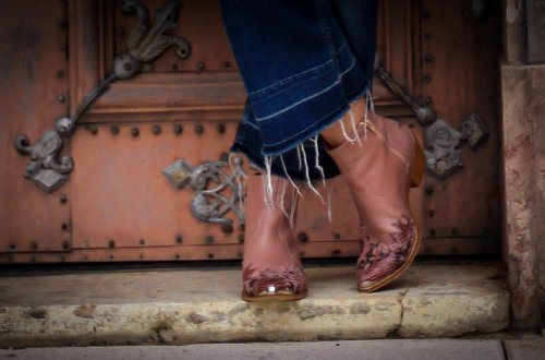 conny-doll-lifestyle: schuhtrends im herbst, cowboyboots, herbstlook, cropped jeans,