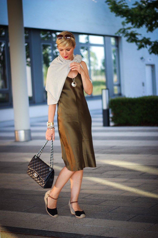 Conny Doll Lifestyle: Sommerkleid herbsttauglich gestylt, Seidenkleid, Negligé, Modeblog, 40plus