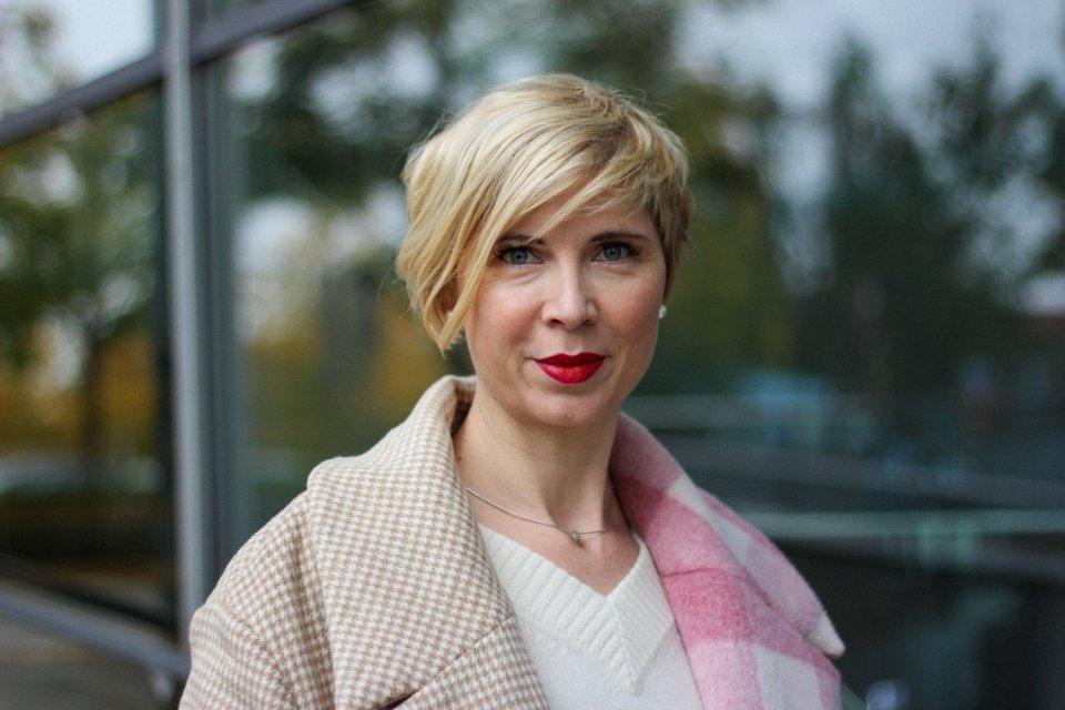 conny doll lifestyle: Herbstfest: Wie style ich ein Seidenkleid mit Pullover? Herbststyling, Mantel, MUF10, Nili Lotan, Stiefel