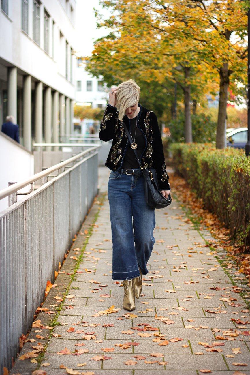 conny doll lifestyle: goldene Schuhe von Zara, Denimlook, Samtjacke, casual Styling