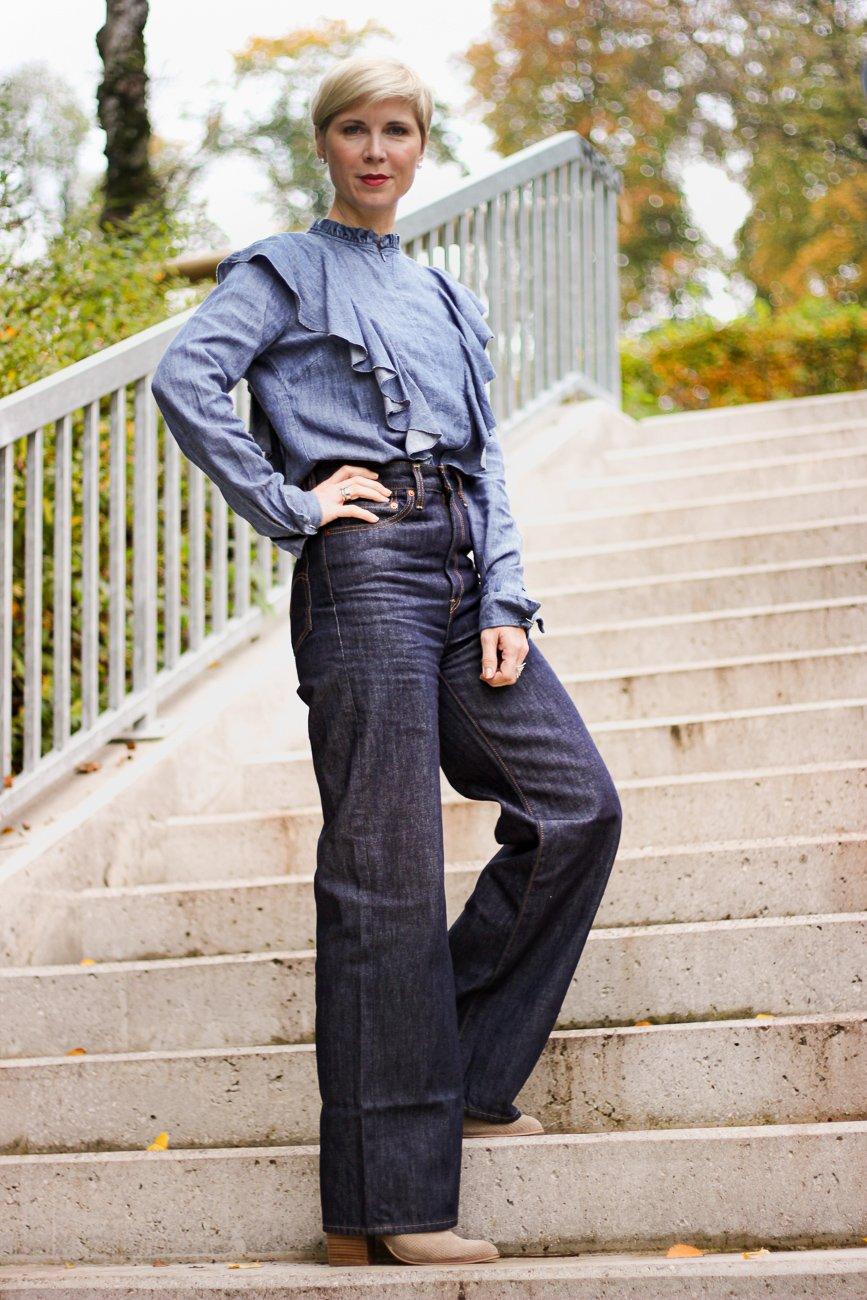 conny doll lifestyle: Jeanshose, Rüschenbluse, Cowboyboots, Ribcage-Denim, Cordblazer, Herbststyling