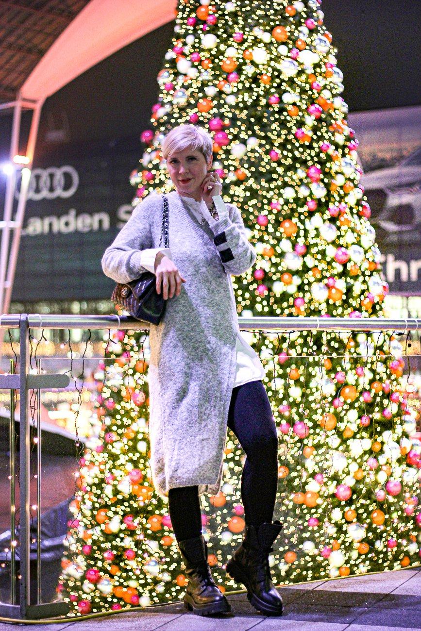 conny doll lifestyle: Gut Aussehen trotz Kälte - warm und stylish mit Strickpullover in Maxilänge, Weihnachtsmarktbesuch