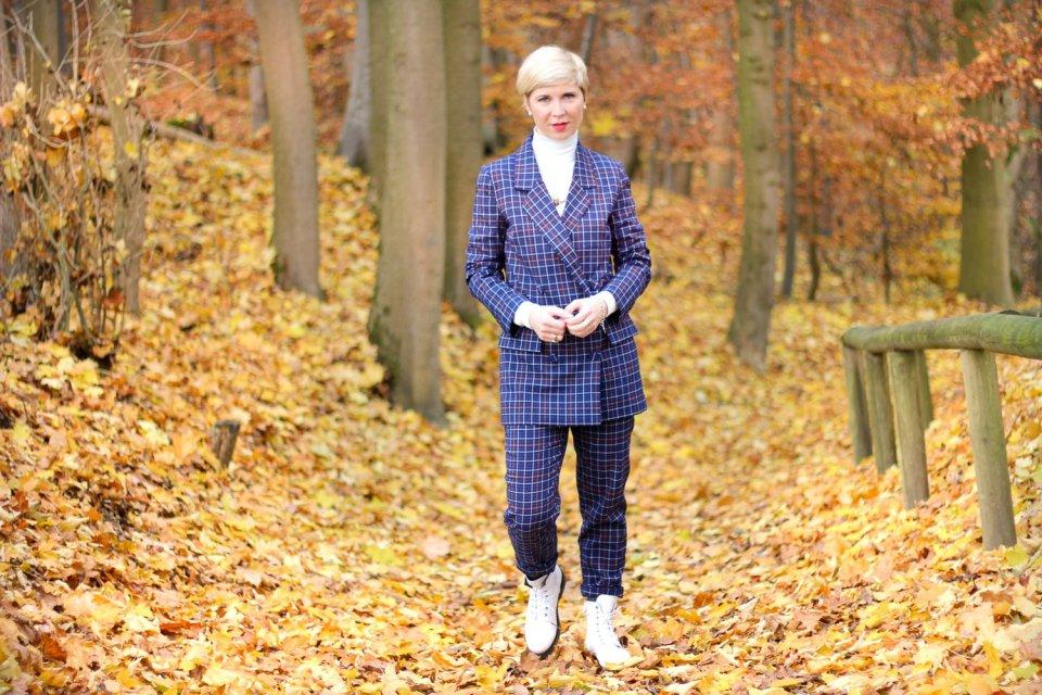 conny doll lifestyle: karierter Anzug, Herbstlook, brauchen Frauen eine Uniform?