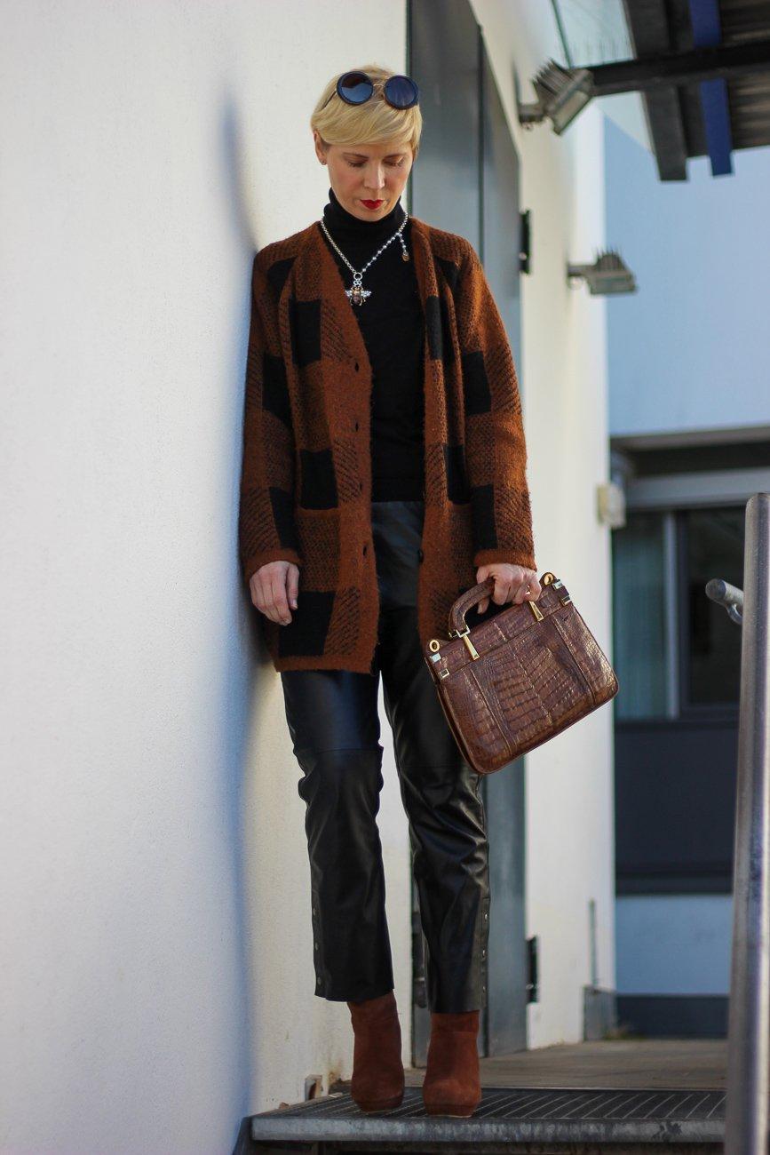 conny doll lifestyle: Lederhose im Anklestyle, Cardigan, Rollkragenpullover, Übergangsstyle, Fashionblog