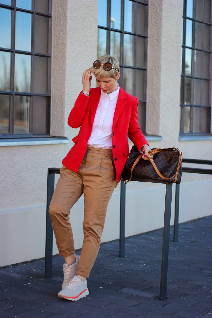 conny doll lifestyle: cognac und rot, Businesslook, roter Blazer, Bluse, casual Business, Gehaltsverhandlung