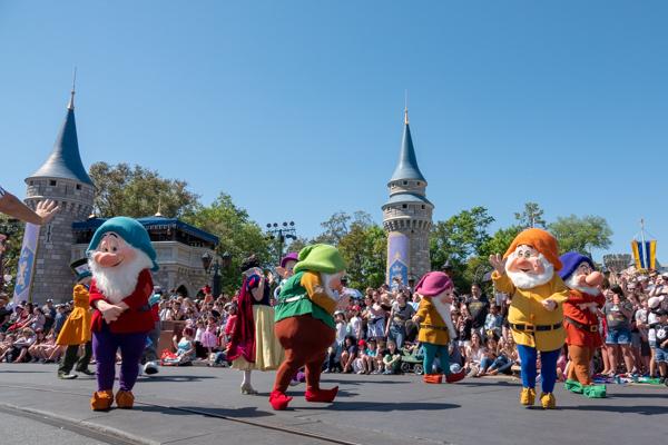 ディズニー・フェスティバル・オブ・ファンタジー・パレードの7人の小人