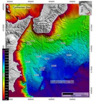 Figura 1: Mappa batimetrica dell'area oggetto di studio e posizioni degli 8 Ocean Bottom Seismometers and Hydrophones (OBS/H), dei 2 moduli geochimici multiparametrici (GeoC) e delle carote prelevate a fondo mare