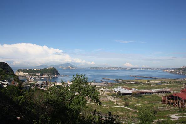 Immagine 1 - La Caldera dei Campi Flegrei vista dal bordo orientale, collina di Posillipo; in primo piano: il complesso siderurgico di Bagnoli ormai dismesso e, a sinistra, l'isolotto di Nisida. Sullo sfondo Capo Miseno e Ischia.