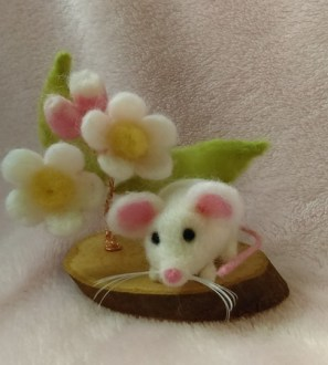 Needlefelt Miniature Mouse and Apple Blossom