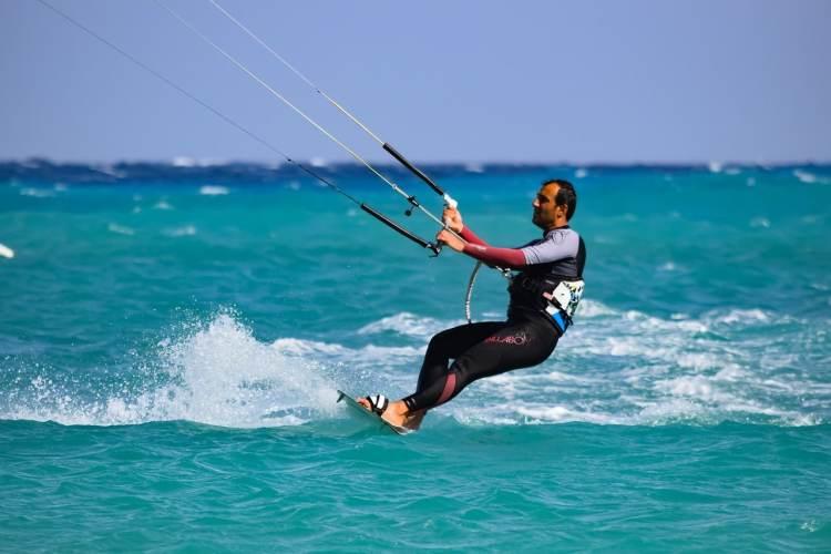 Les bienfaits du kitesurf : sport complet aux nombreux bienfaits sur la santé