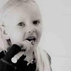 Des astuces pour brosser les dents des jeunes enfants