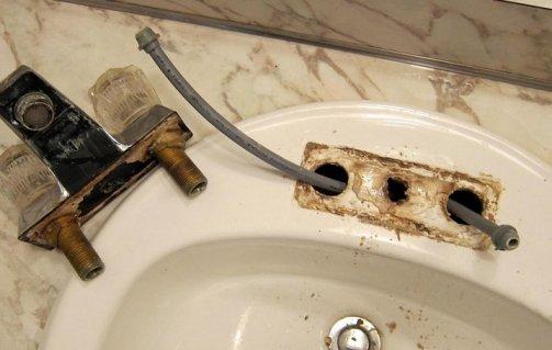 enlever la robinetterie du lavabo