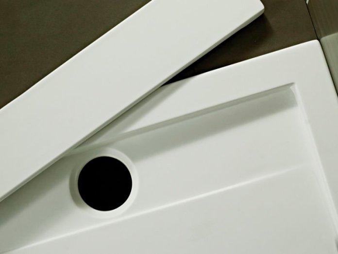 canniveau évacuation sur receveur blanc en quaryl solid surface