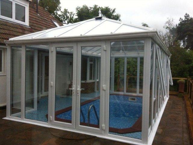 entretien piscine dans une véranda ouverte