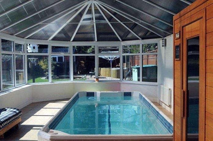 piscine dans une véranda ouverte