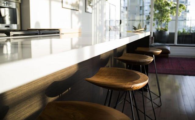 plan bar de cuisine blanc avec des tabourets en bois de style industriel