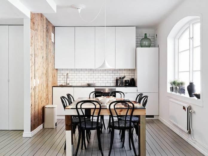 On ne peut que succomber au charme de cette cuisine scandinave. Les lignes pures des meubles, le charme indéniable du bois et le chic des chaises en fer forgé, on aime tout!