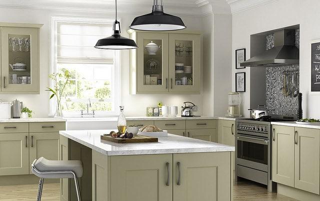 cuisine verte moderne avec revêtement du plan de travail et de la cuisine en marbre blanc