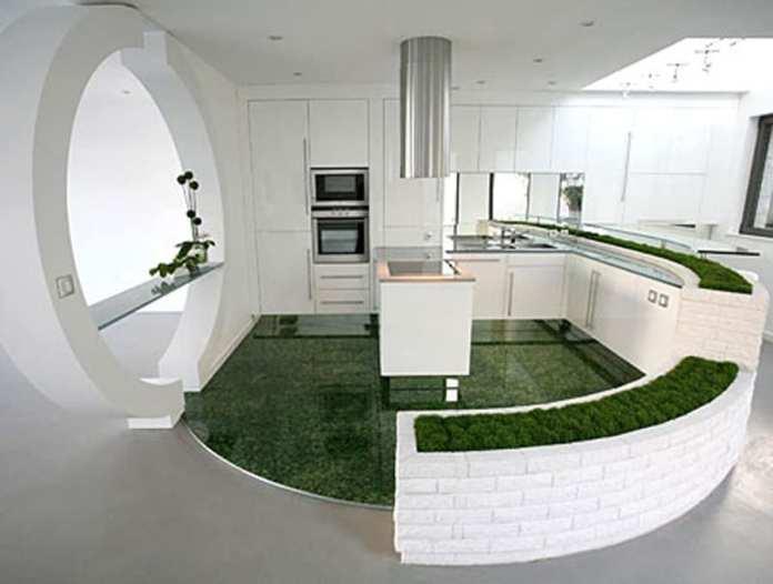 En plus d'être très design, cette cuisine surprend par la végétation qui l'entoure.
