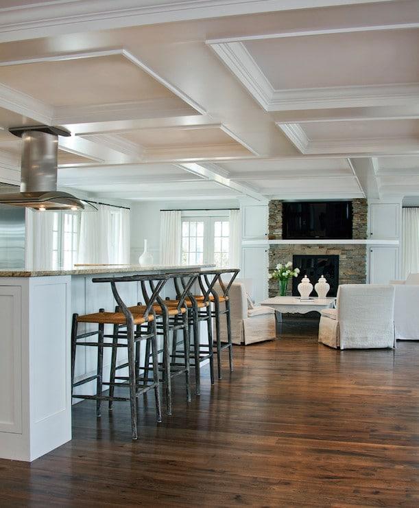 Le blanc du faux-plafond combiné aux façades colorées crée une ambiance lumineuse.