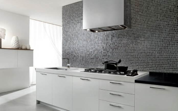 Idée de décoration d'une cuisine blanche avec des carreaux en mosaïque.