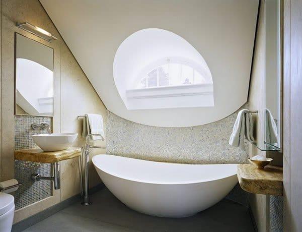 petite-baignoire-design-dans-une-petite-salle-de-bain