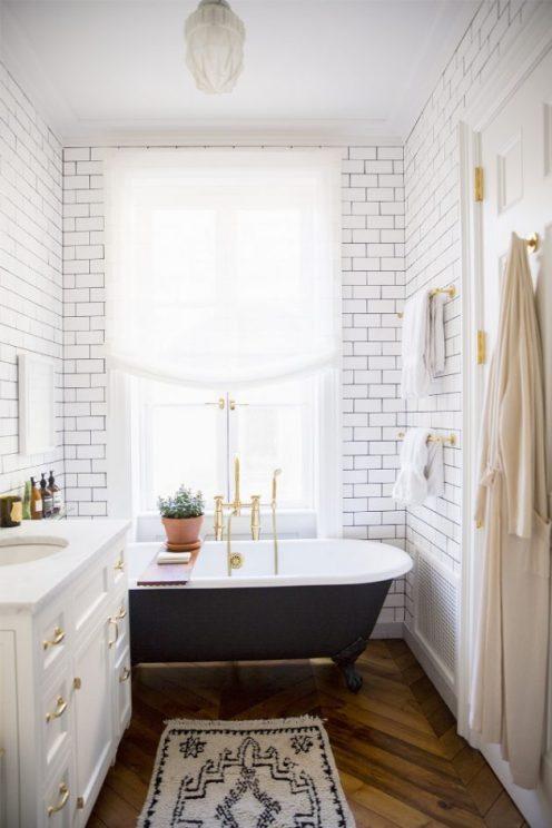salle-de-bain-ancienne-avec-baignoire-sabot