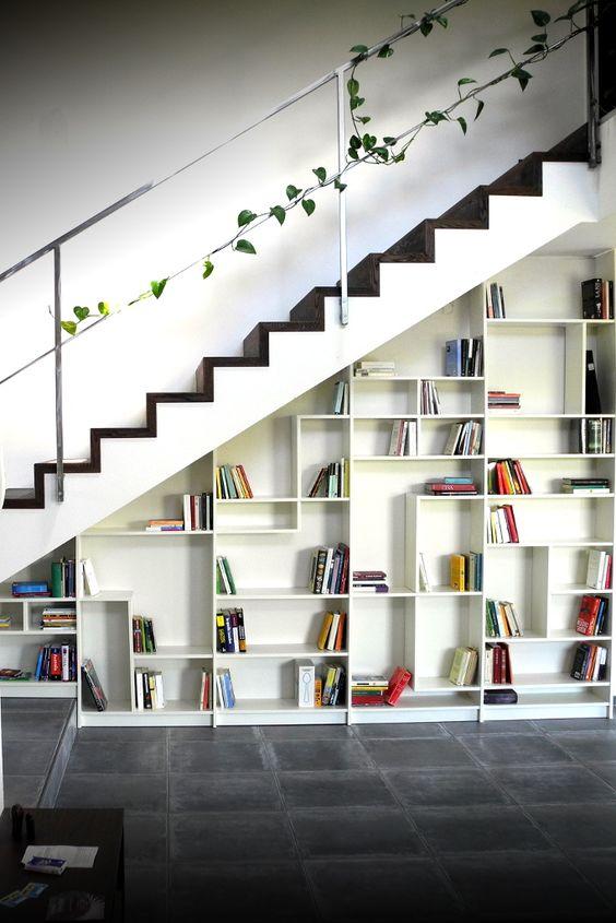 bibliothèque sous escalier