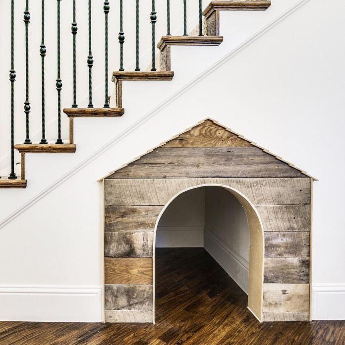 une niche pour chien sous un escalier