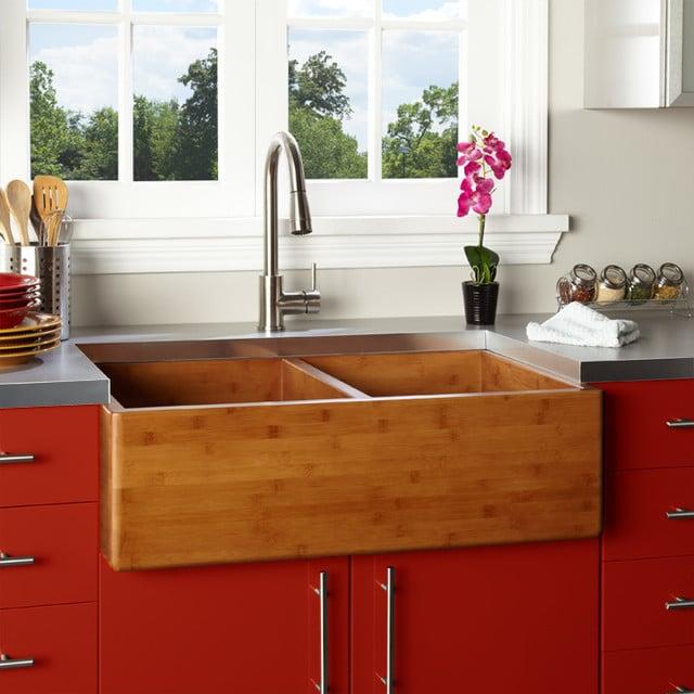 évier à poser en bois dans une cuisine rouge