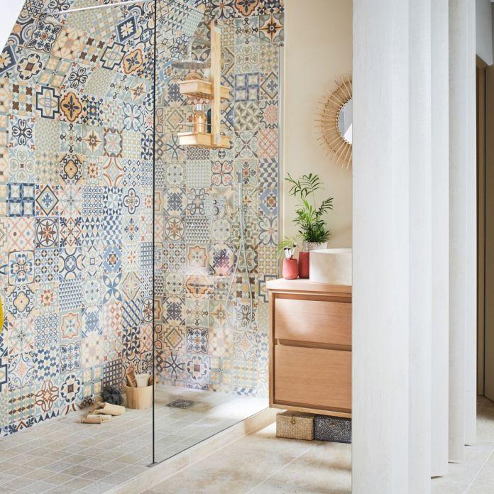 aménagement d'une douche italienne avec carreaux de ciment