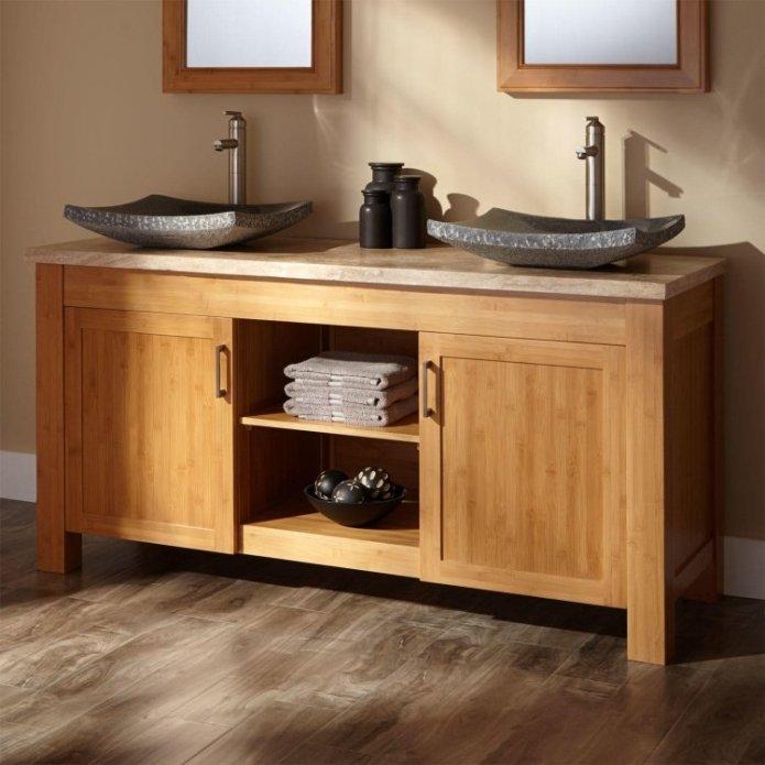 Un meuble de salle de bain en bambou avec ses 2 vasques à poser en granit bouchardé
