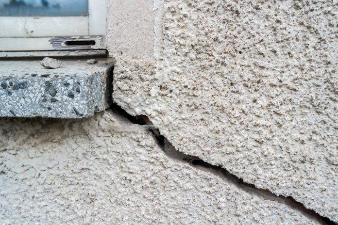 un mur lézardé près d'une fenêtre qu'il va falloir reboucher