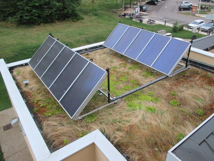 Des panneaux solaires sur un toit plat