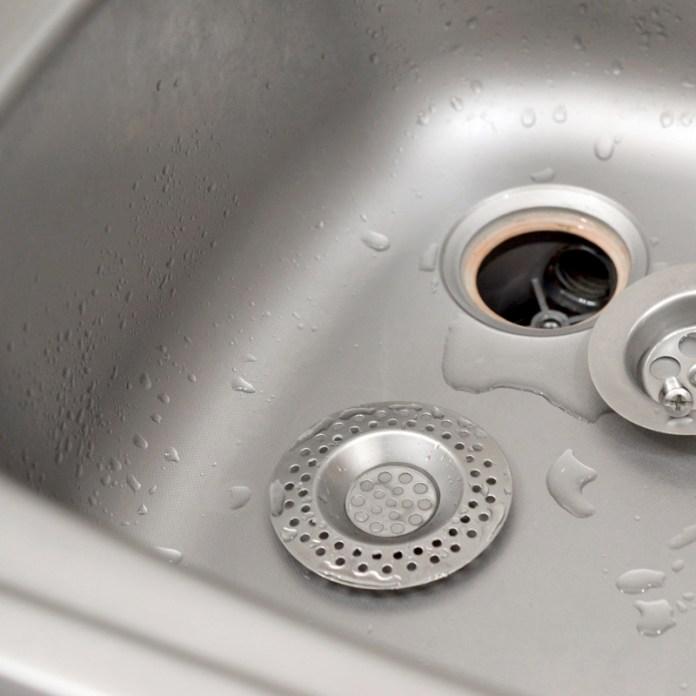 Installez une grille de bonde pour empêcher les détritus de passer dans le siphon