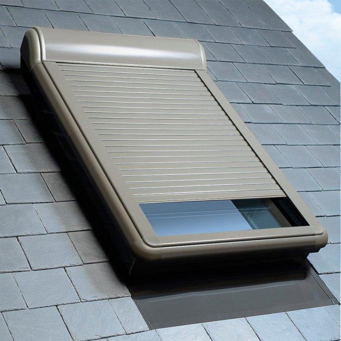 Une volet roulant installé dans une pente de toit.