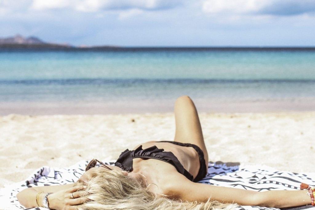 CK-1606_Sardinien-Sardegna-Sardinia-Italy-Italia-Fashion-Blog-Beach-Caribbean-Dress-Blonde-Karin-Kaswurm-Bikini-Kiini-9688