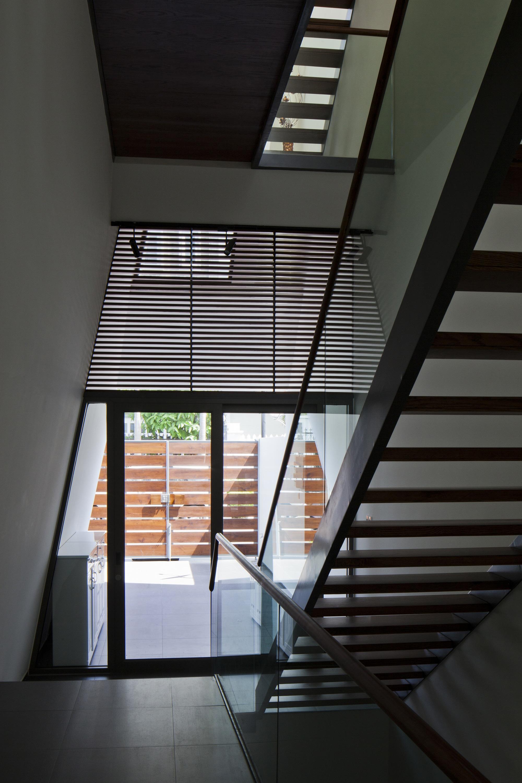 Diseo de casa moderna de tres pisos planos y fachada