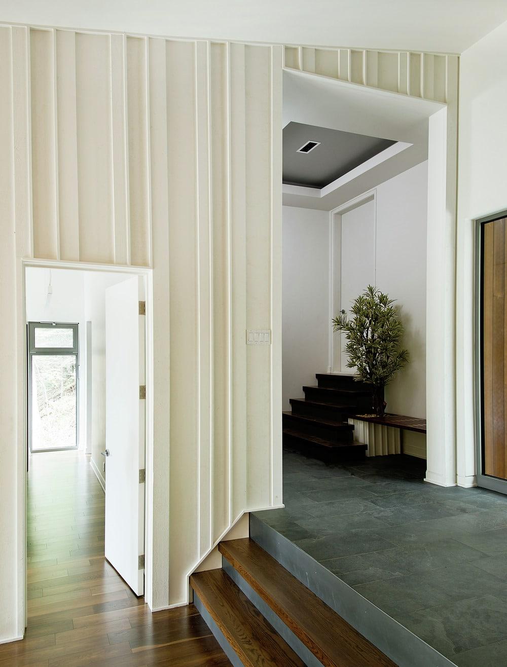 Casa de campo moderna de dos pisos en desnivel