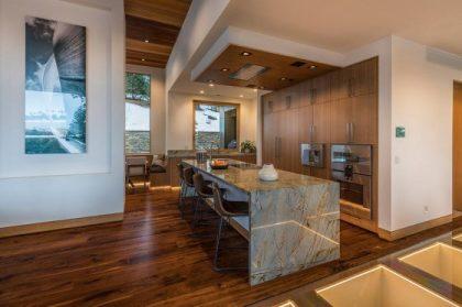 Ada ile mutfak tasarımı, duvarlar içinde gömme dolaplar