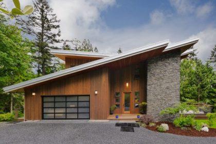 Yüksek eğimli tavanlar, ahşap ve taş kaplama cepheli modern ev tasarımı
