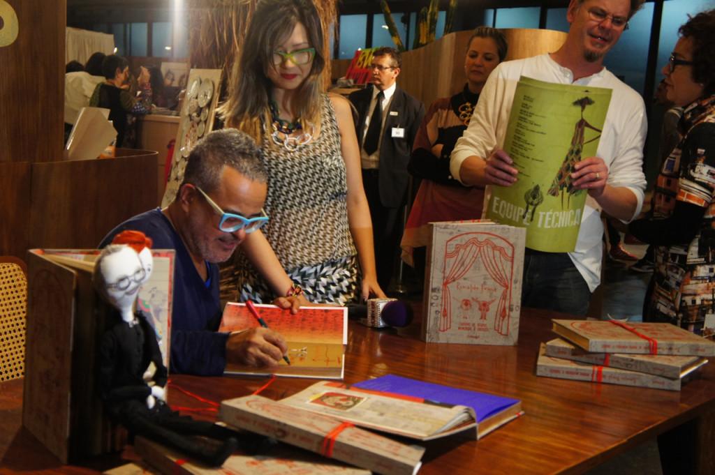 Falei para vocês que o Ronaldo lançou um livro com seus desenhos dos últimos 36 desfiles!!  Peguei a minha cópia no SPFW, mas a tua, se você estiver por São Paulo amanhã, você pode obter na Livraria da Vila.